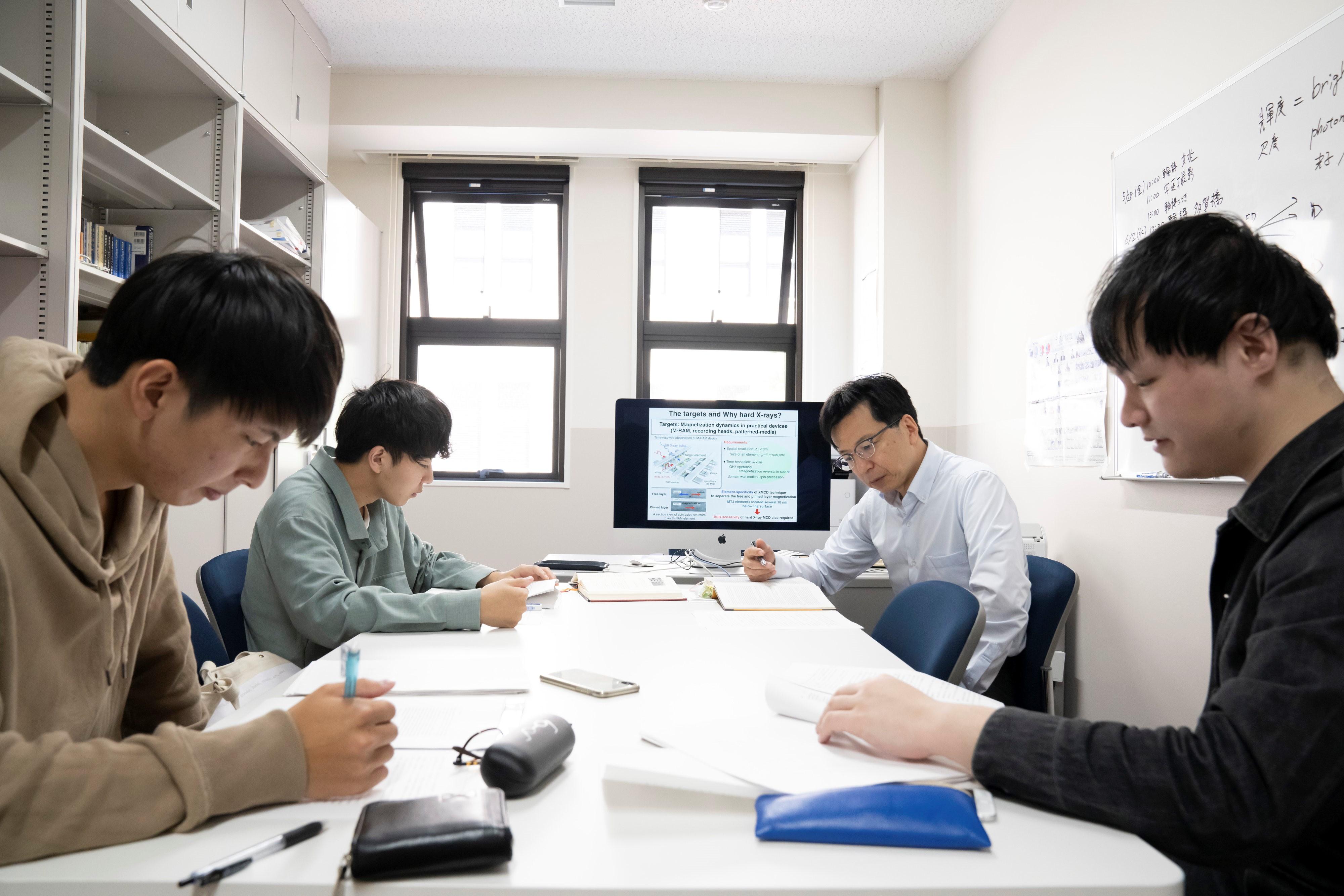 研究室風景_鈴木先生3
